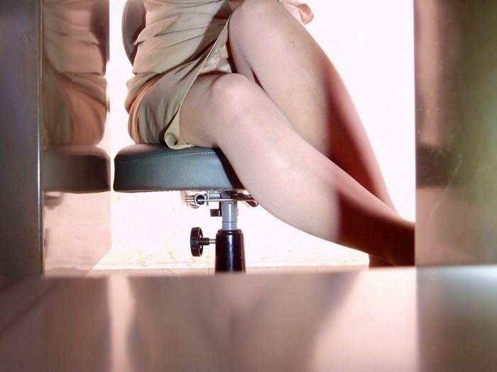 タイトスカートOLしゃがみ・座りパンチラ16枚目
