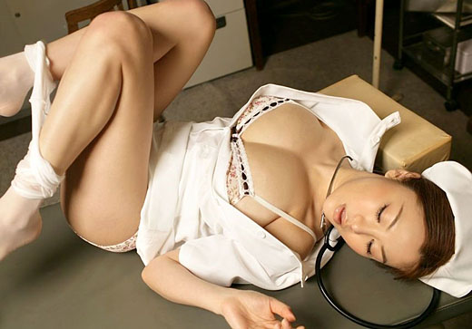 性治療を得意とするエロナースのSEXYショット12枚目