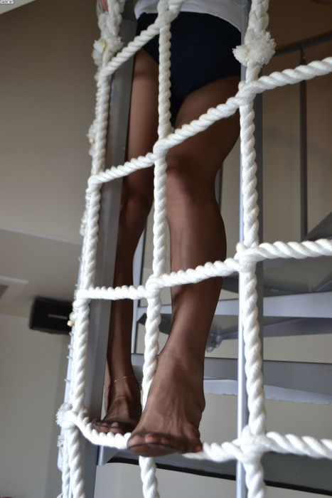パンスト履いた脚がさらに美しく美脚お姉さんエロ画像13枚目
