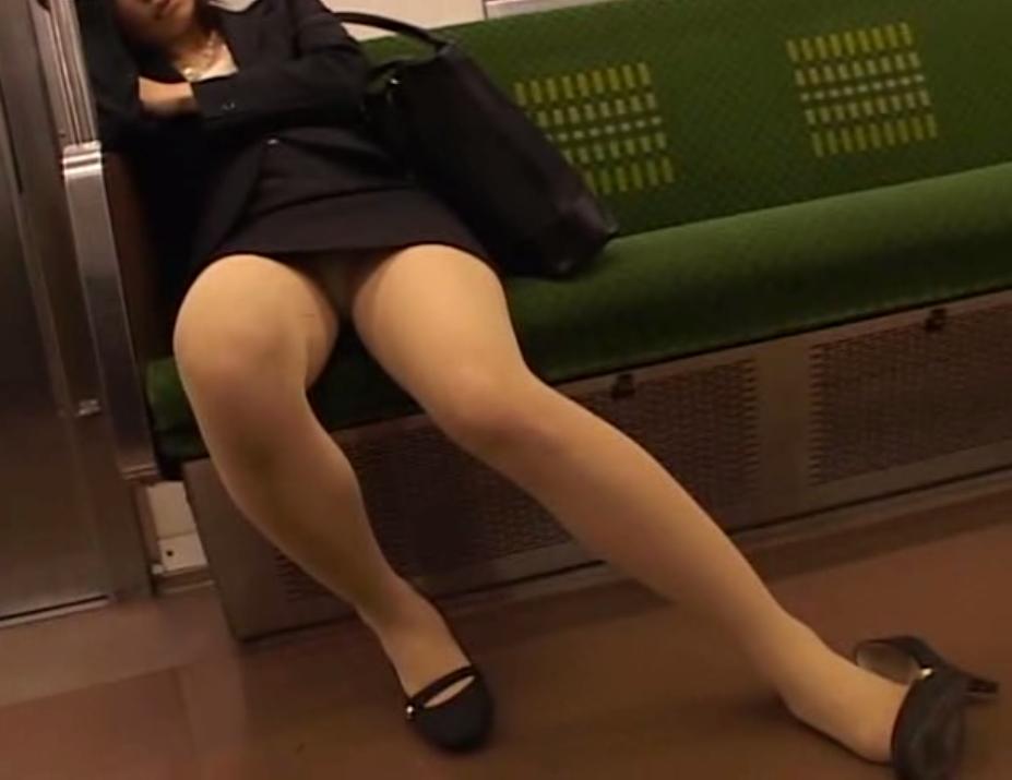タイトスカートパンチラ対面OLのデルタ痴態11枚目
