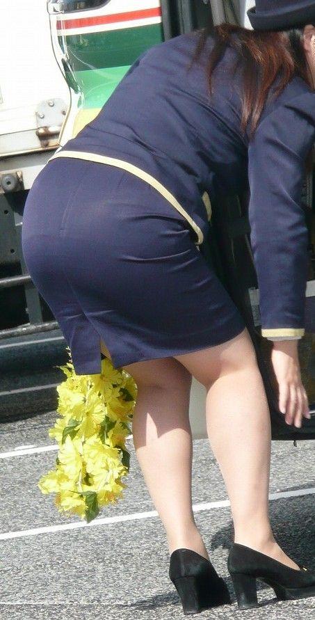 脚と尻がエロすぎる新人バスガイドのタイトスカート3枚目