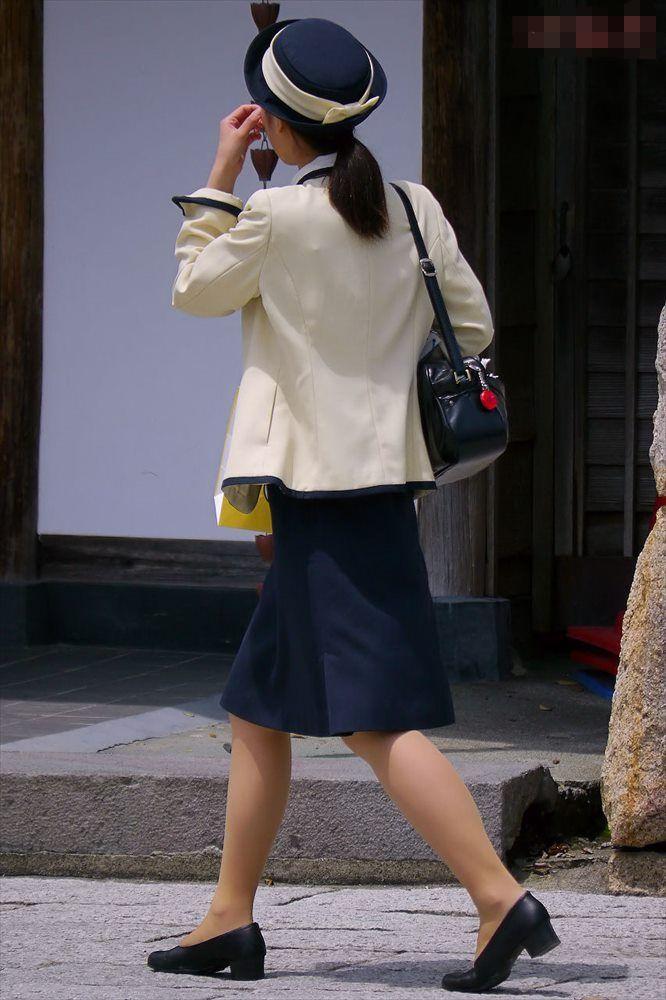 脚と尻がエロすぎる新人バスガイドのタイトスカート7枚目