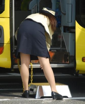 脚と尻がエロすぎる新人バスガイドのタイトスカート10枚目