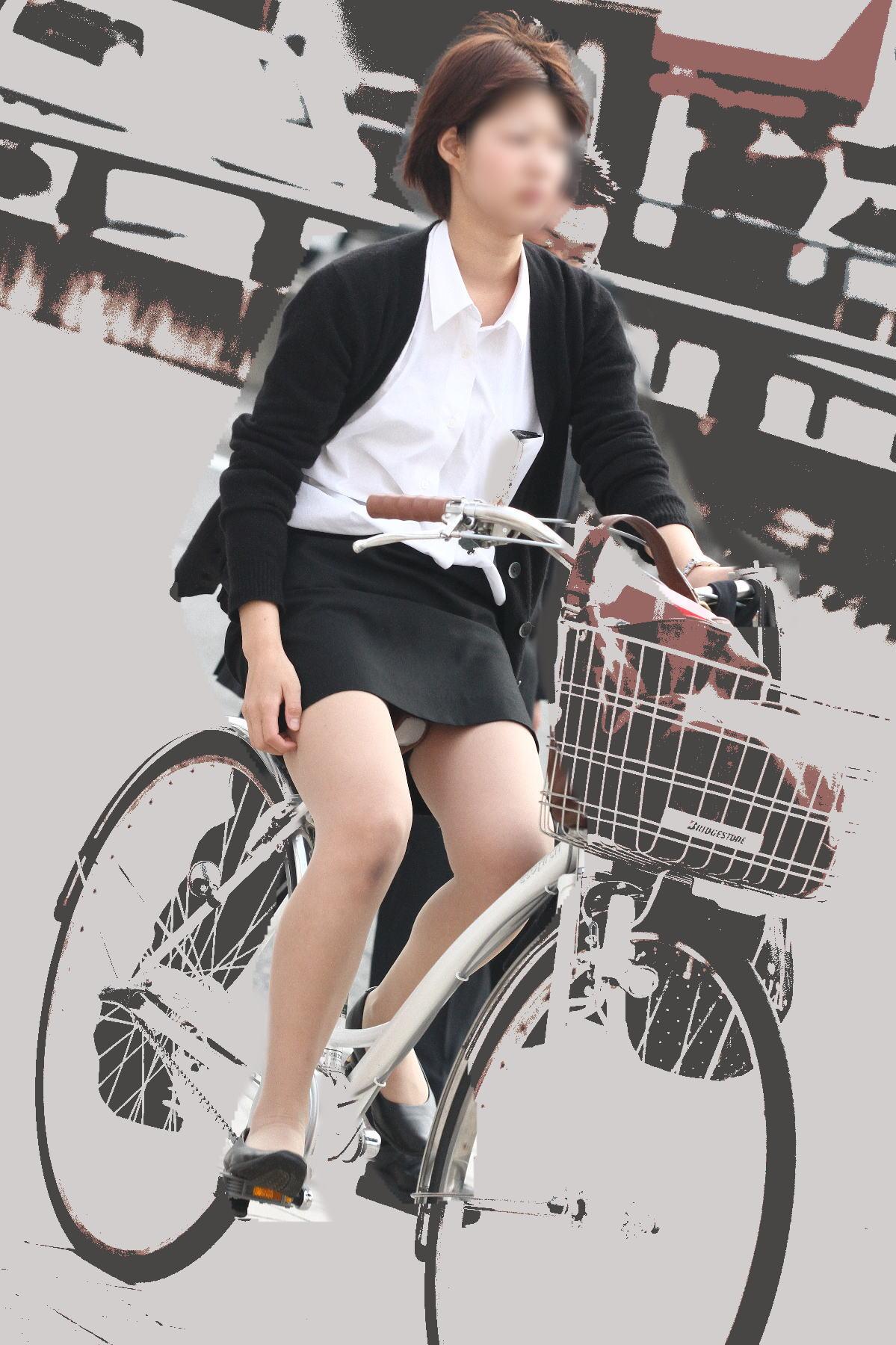 タイトスカートのお尻にパンスト足パンチラの自転車OL2枚目