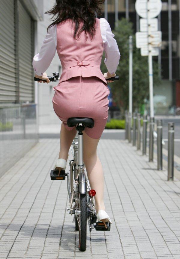 タイトスカートのお尻にパンスト足パンチラの自転車OL3枚目