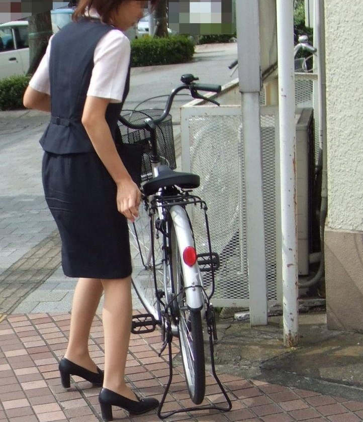 タイトスカートのお尻にパンスト足パンチラの自転車OLエロ画像4枚目