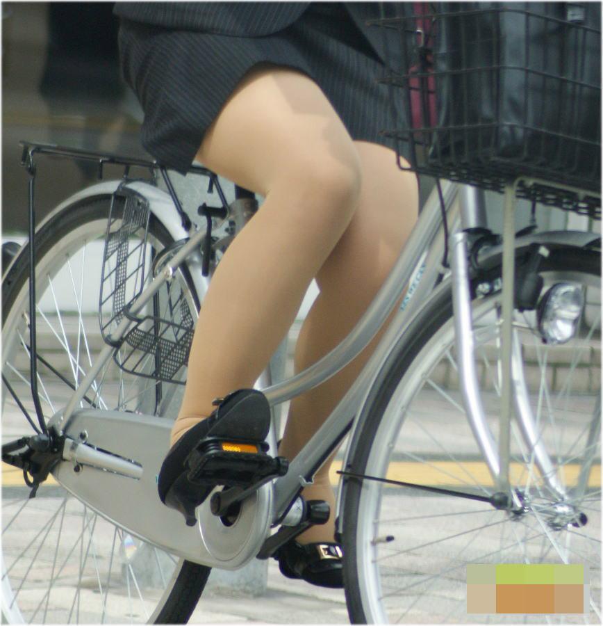 タイトスカートのお尻にパンスト足パンチラの自転車OLエロ画像6枚目