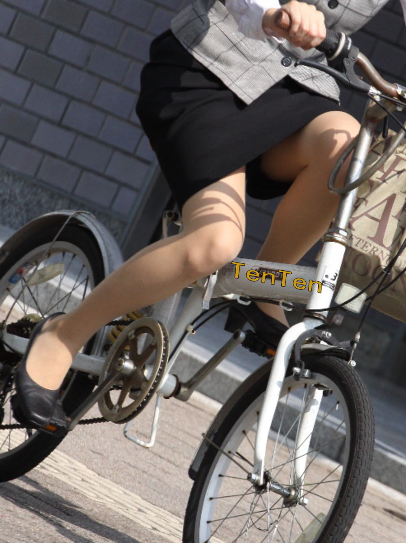 タイトスカートのお尻にパンスト足パンチラの自転車OLエロ画像7枚目