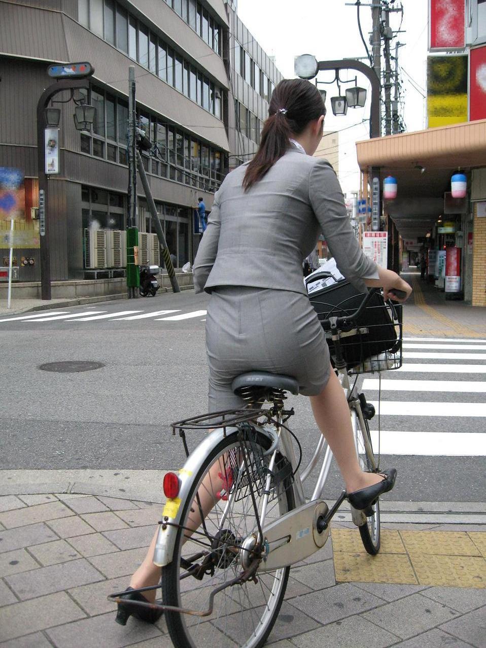 タイトスカートのお尻にパンスト足パンチラの自転車OLエロ画像9枚目
