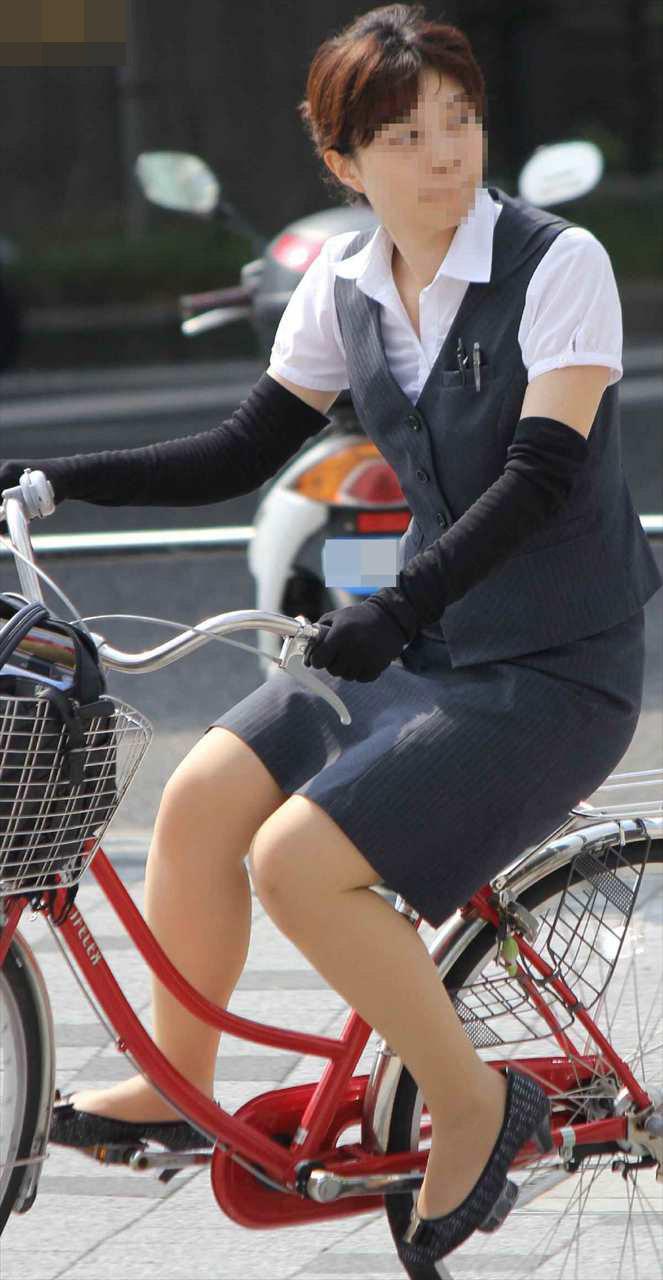 タイトスカートのお尻にパンスト足パンチラの自転車OLエロ画像10枚目