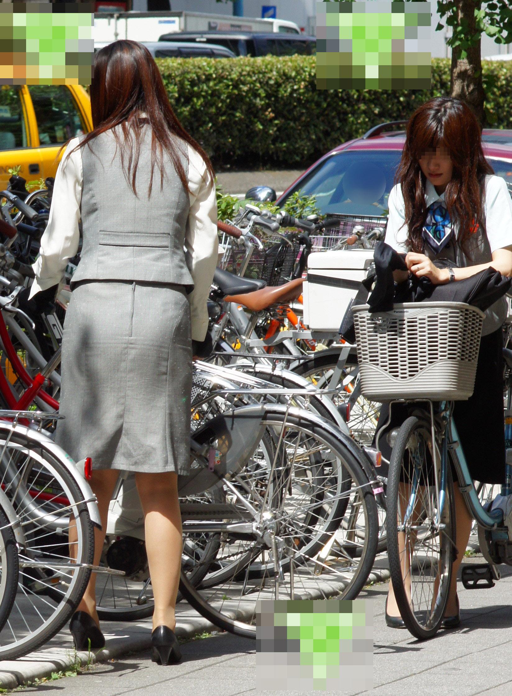 タイトスカートのお尻にパンスト足パンチラの自転車OLエロ画像11枚目