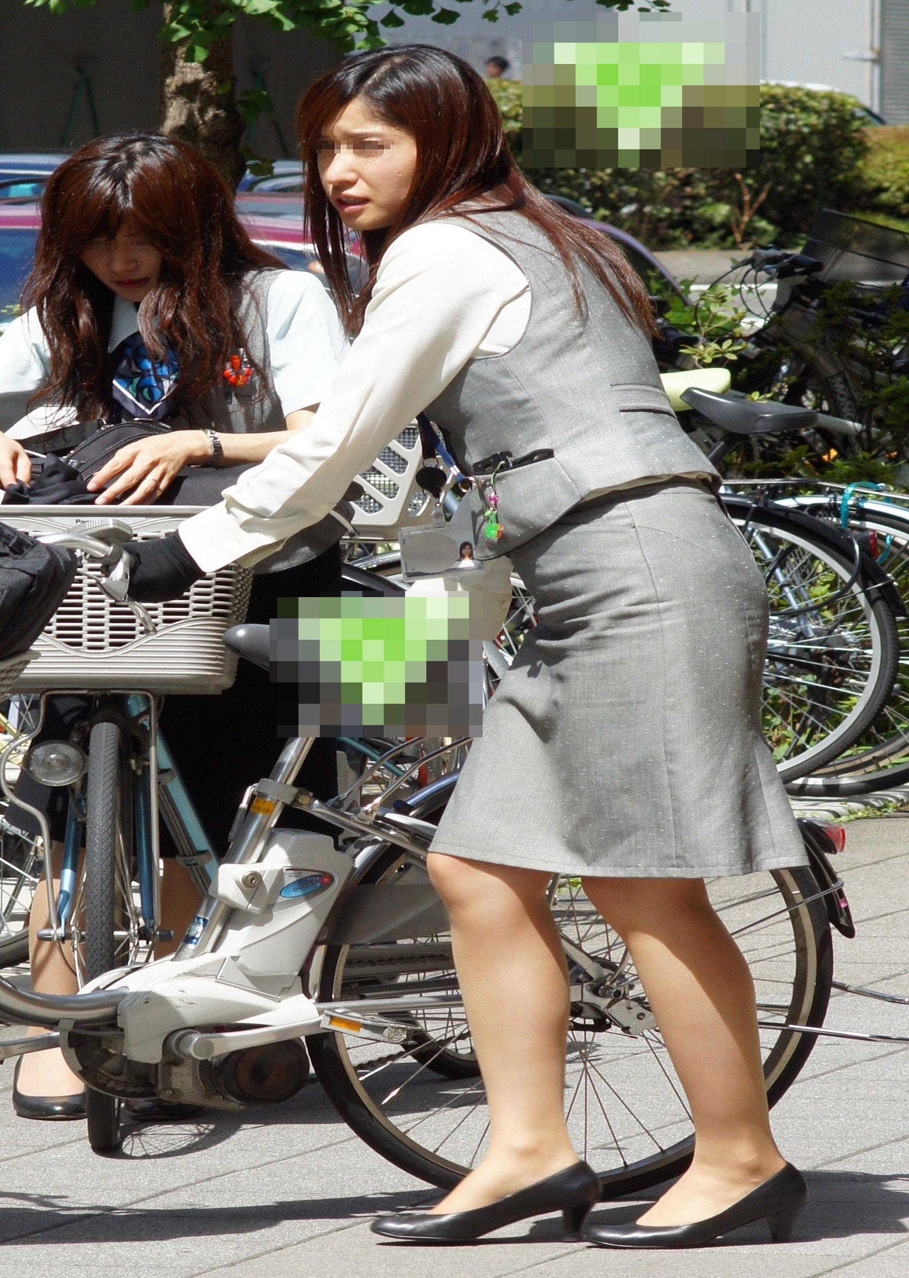 タイトスカートのお尻にパンスト足パンチラの自転車OLエロ画像12枚目