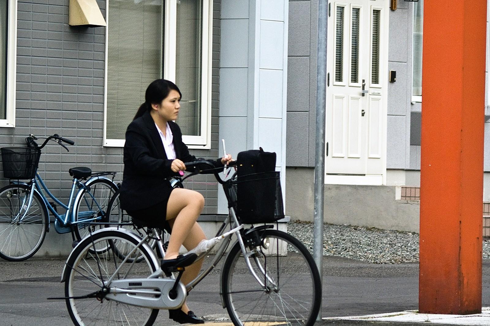 タイトスカートのお尻にパンスト足パンチラの自転車OLエロ画像14枚目