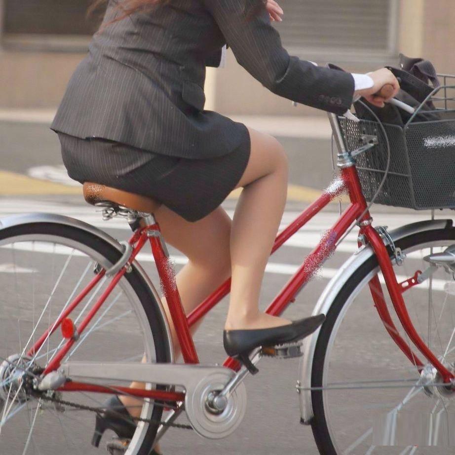 タイトスカートのお尻にパンスト足パンチラの自転車OLエロ画像15枚目
