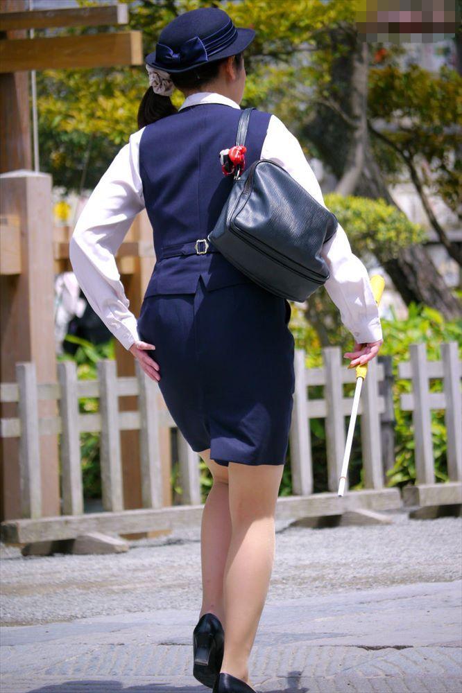 バスガイドのパンティラインが透けそうなタイトスカート尻9枚目