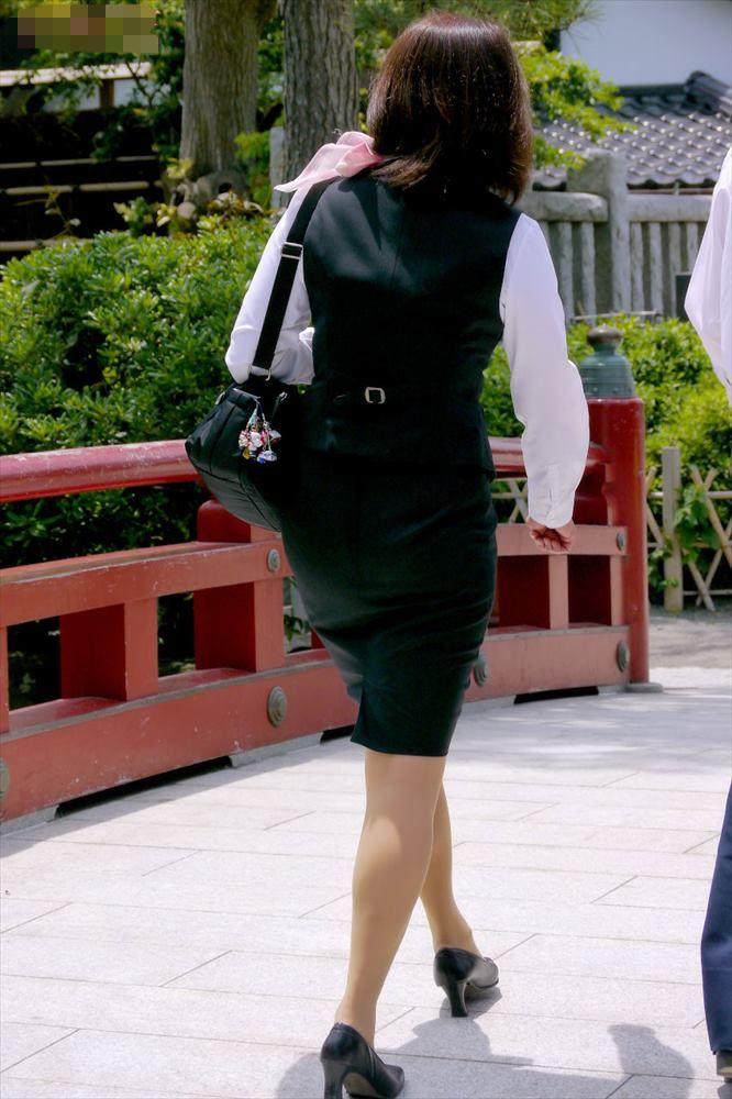 バスガイドのパンティラインが透けそうなタイトスカート尻16枚目