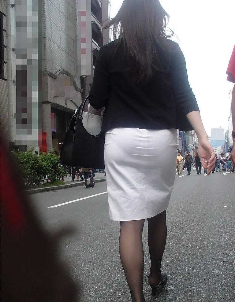 白タイトスカートパンティ透けそうなプリ尻1枚目