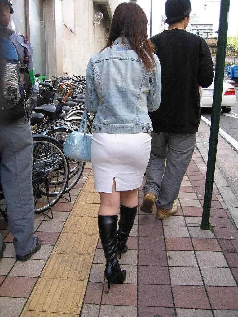 白タイトスカートパンティ透けそうなプリ尻のエロ画像8枚目