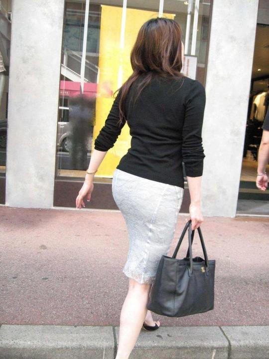 白タイトスカートパンティ透けそうなプリ尻のエロ画像15枚目