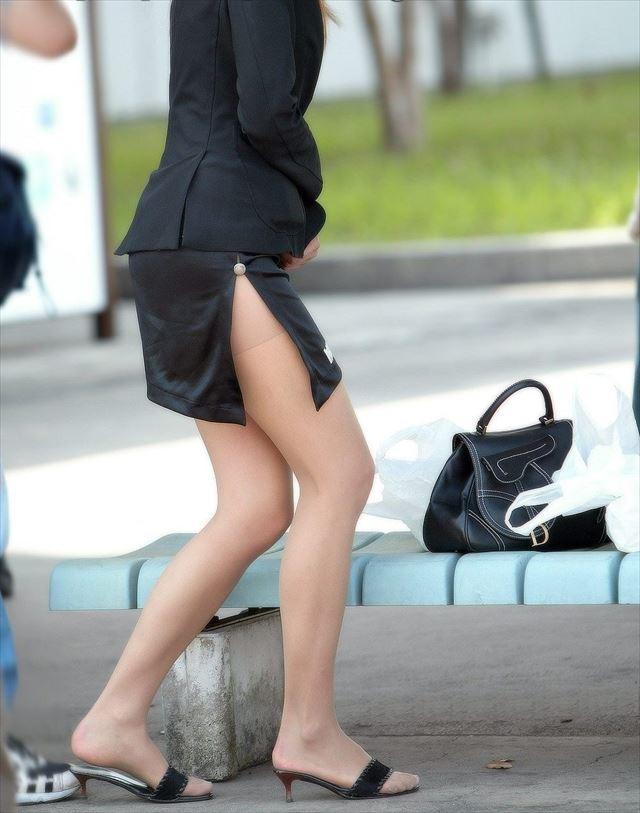 タイトスカートのスリットから見える美脚OLの太ももエロ画像1枚目
