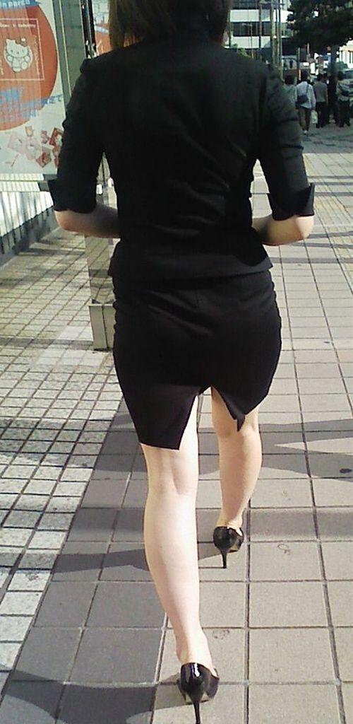 タイトスカートのスリットから見える美脚OLの太ももエロ画像14枚目