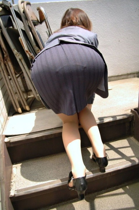 タイトスカートのスリットから見える美脚OLの太ももエロ画像15枚目