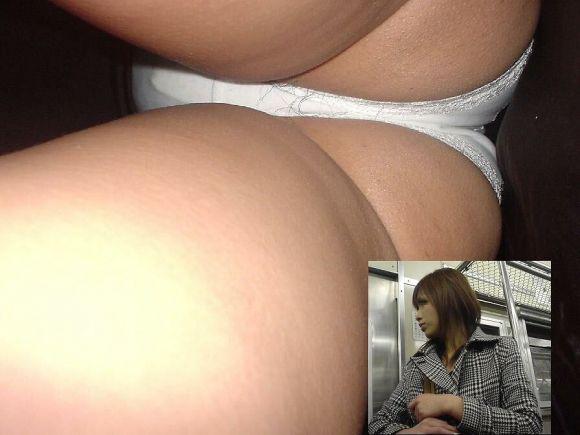OLのスカートを真下から見上げるパンチラ画像4枚目