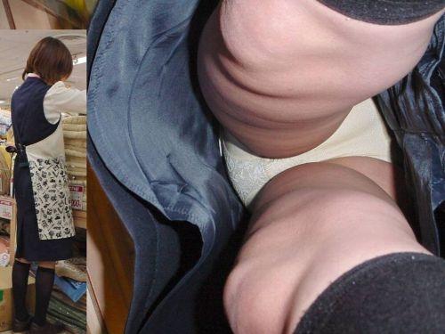 OLのスカートを真下から見上げるパンチラ画像15枚目