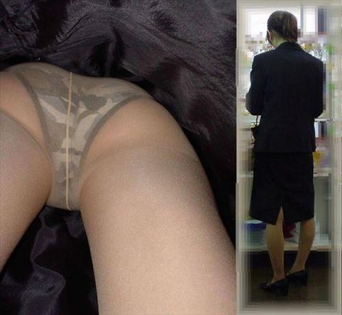 多彩なパンティを楽しめるスカートの中逆さ撮りエロ画像2枚目