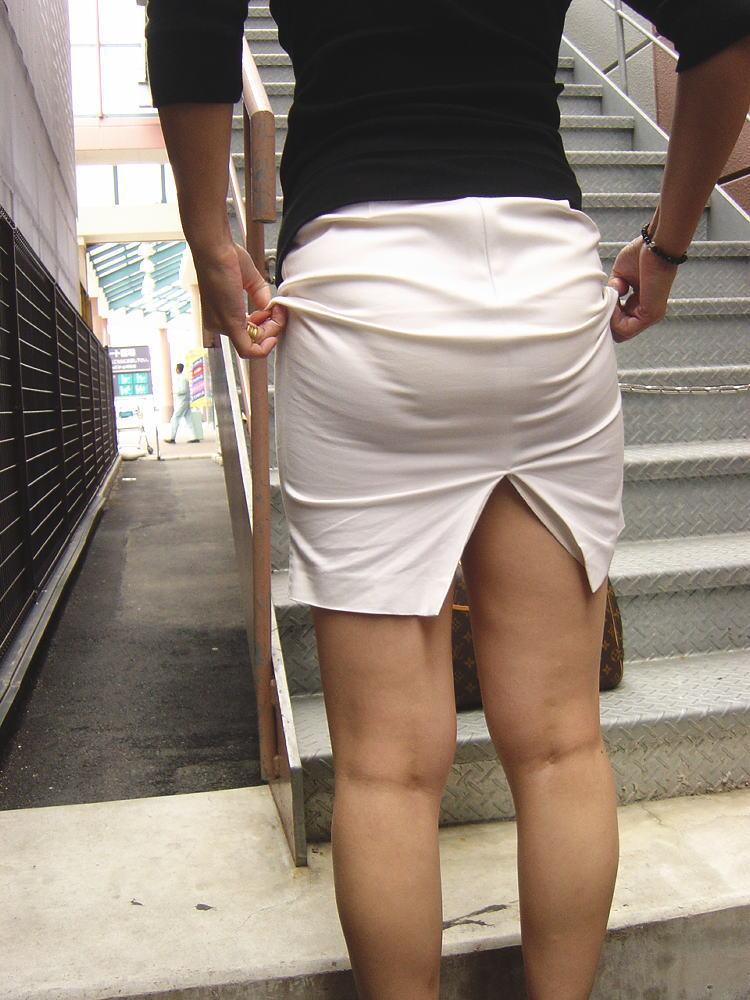 セクシーお尻のタイトスカートOLのフェチ画像1枚目
