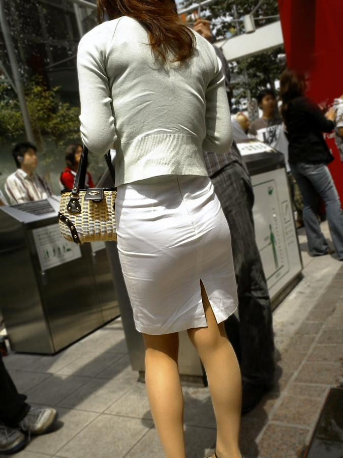 セクシーお尻のタイトスカートOLのフェチ画像2枚目