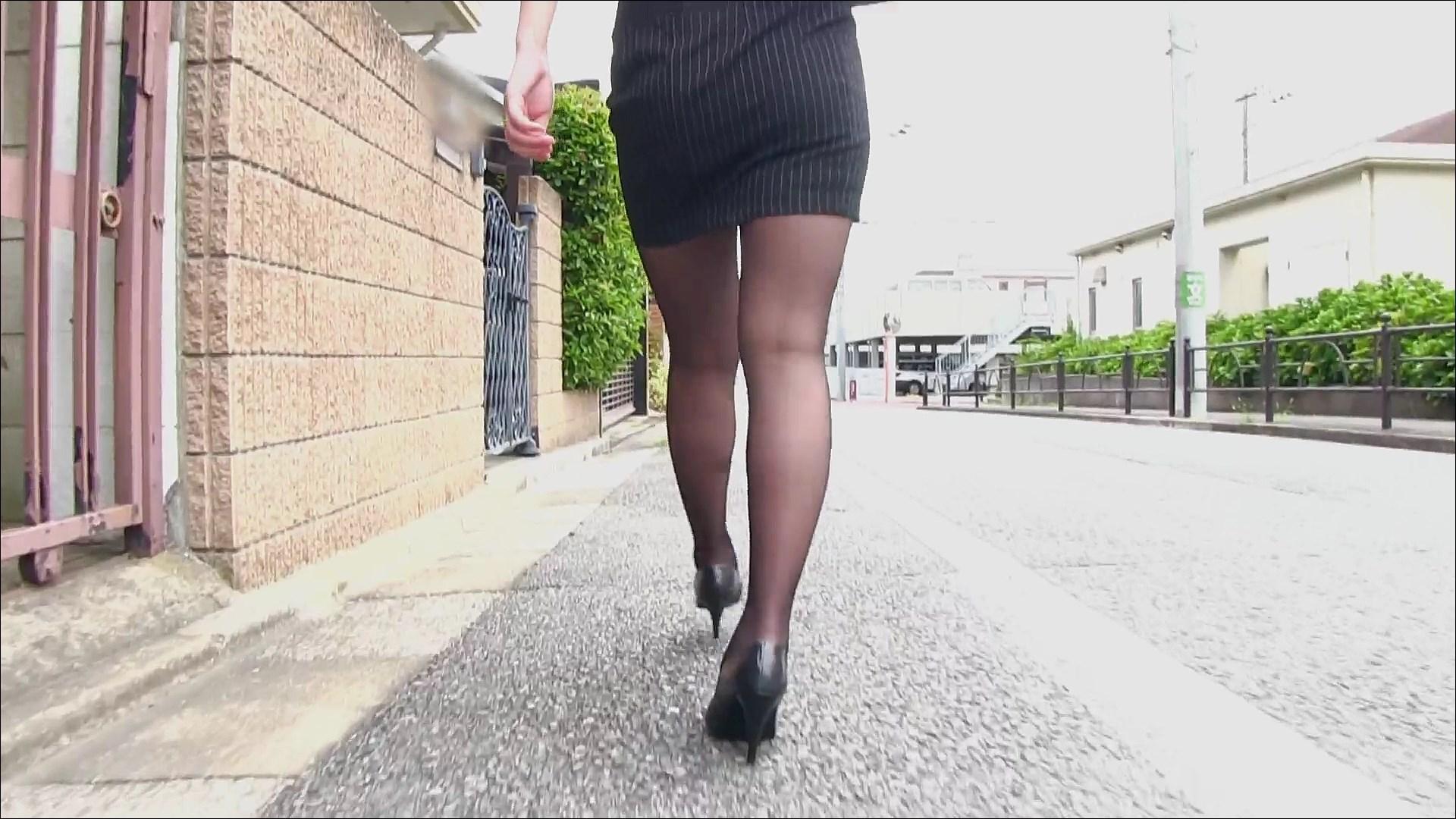 セクシーお尻のタイトスカートOLのフェチ画像4枚目