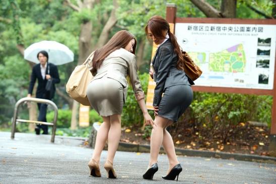 セクシーお尻のタイトスカートOLのフェチ画像12枚目