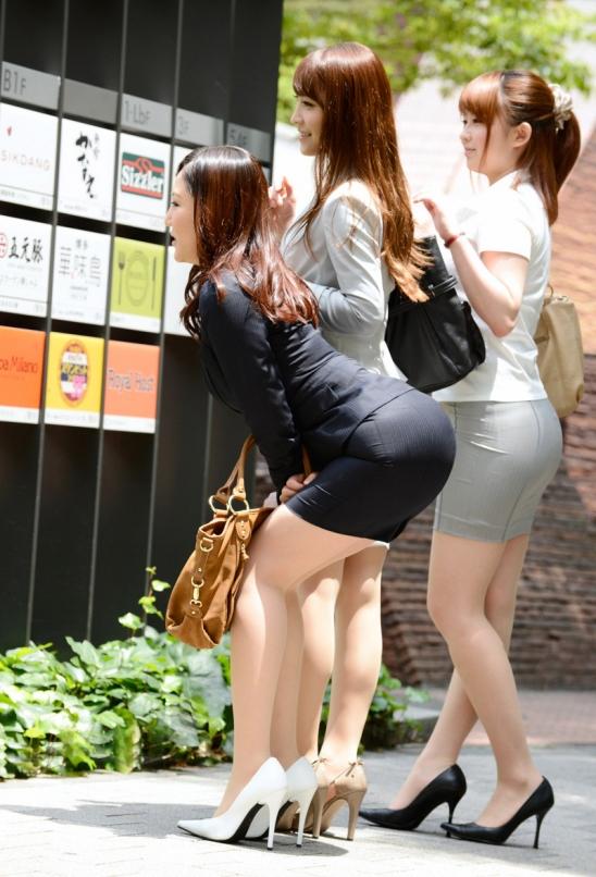 セクシーお尻のタイトスカートOLのフェチ画像15枚目