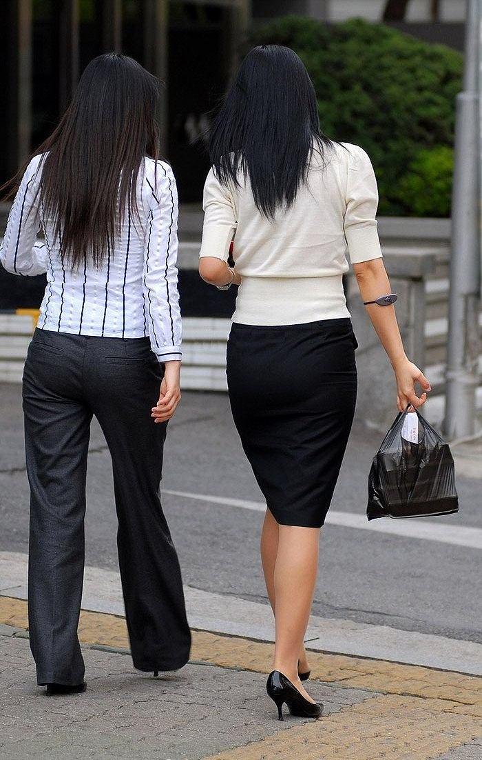 スリットもベンツもタイトスカート美脚OLエロ画像2枚目