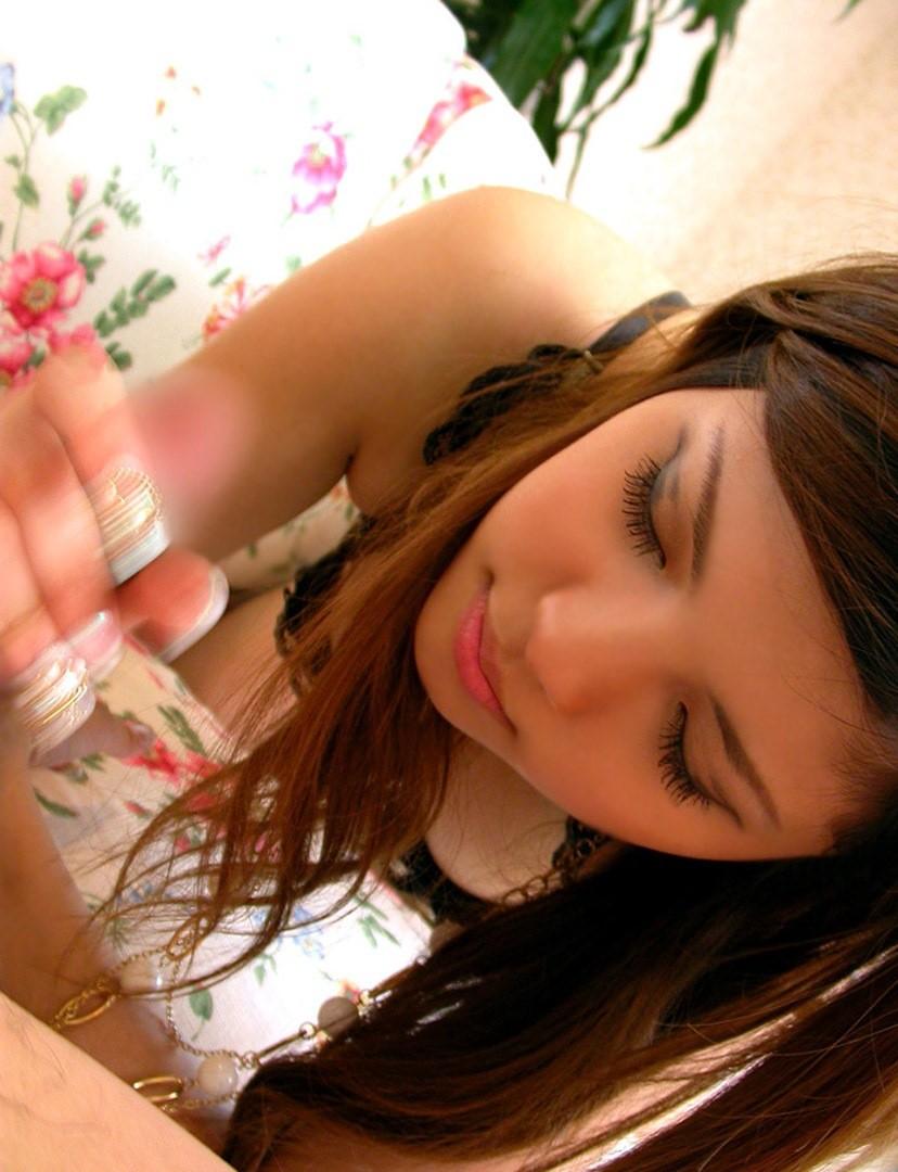 優しくシコシコ手コキしてくれるお姉さんのエロ画像3枚目