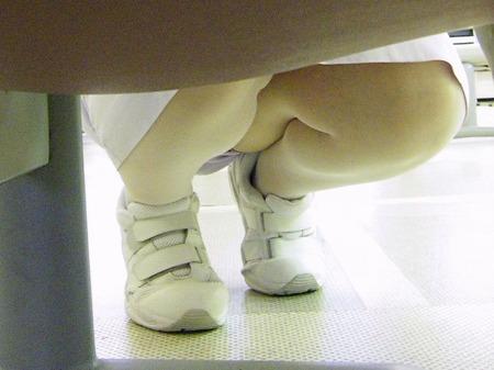 白衣の天使ナース服の逆さ撮りパンツ丸見え12枚目