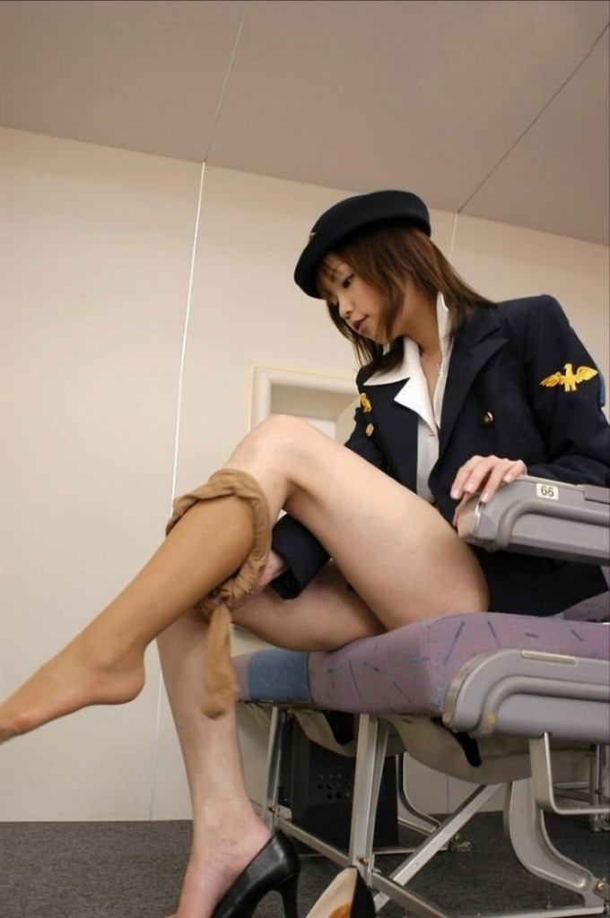 スチュワーデスがホテルの部屋での淫乱行為エロ画像14枚目