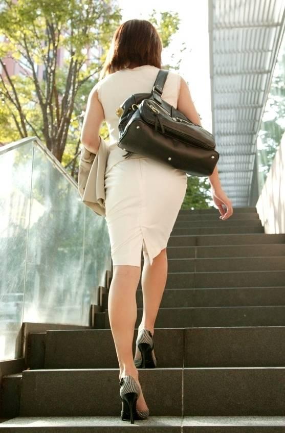 OLタイトスカート透けパンティライン画像9枚目