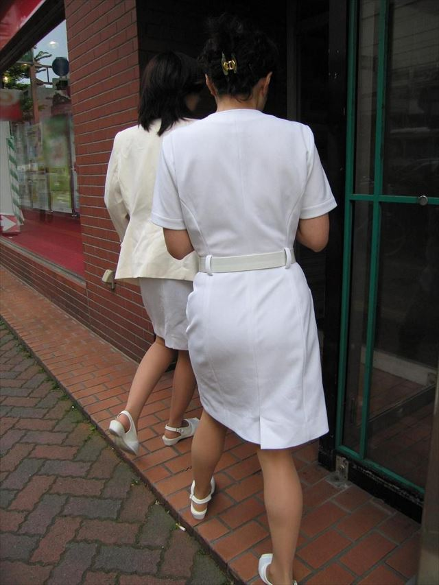 下着が透けて見える白衣ナース服のパンティーラインエロ画像16枚目