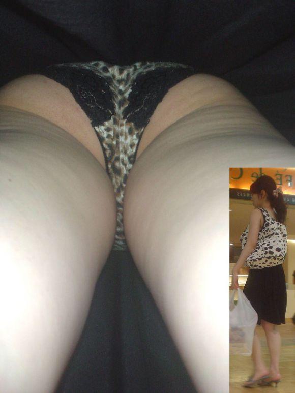 買い物中の私服OLお姉さんのスカート内を逆さ撮り4枚目