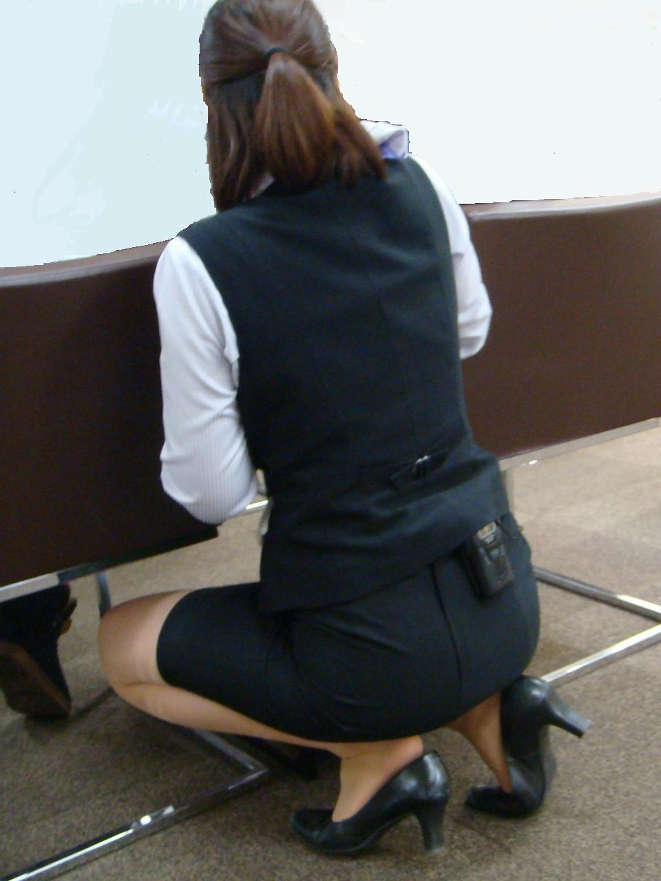 OLのブレザーとタイトスカート姿にフェチを感じるエロ画像1枚目