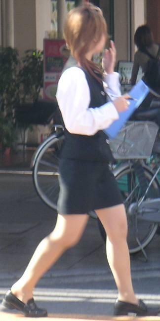 OLのブレザーとタイトスカート姿にフェチを感じる16枚目