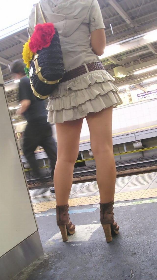 ギャルOLの私服ミニスカ素足ピチピチ美脚画像5枚目