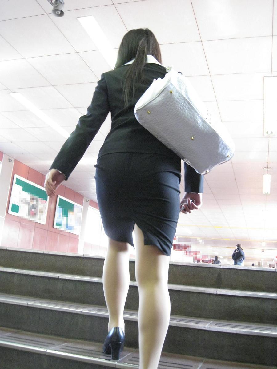 歩くタイトスカート尻OLお姉さんを街撮り盗撮のエロ画像1枚目