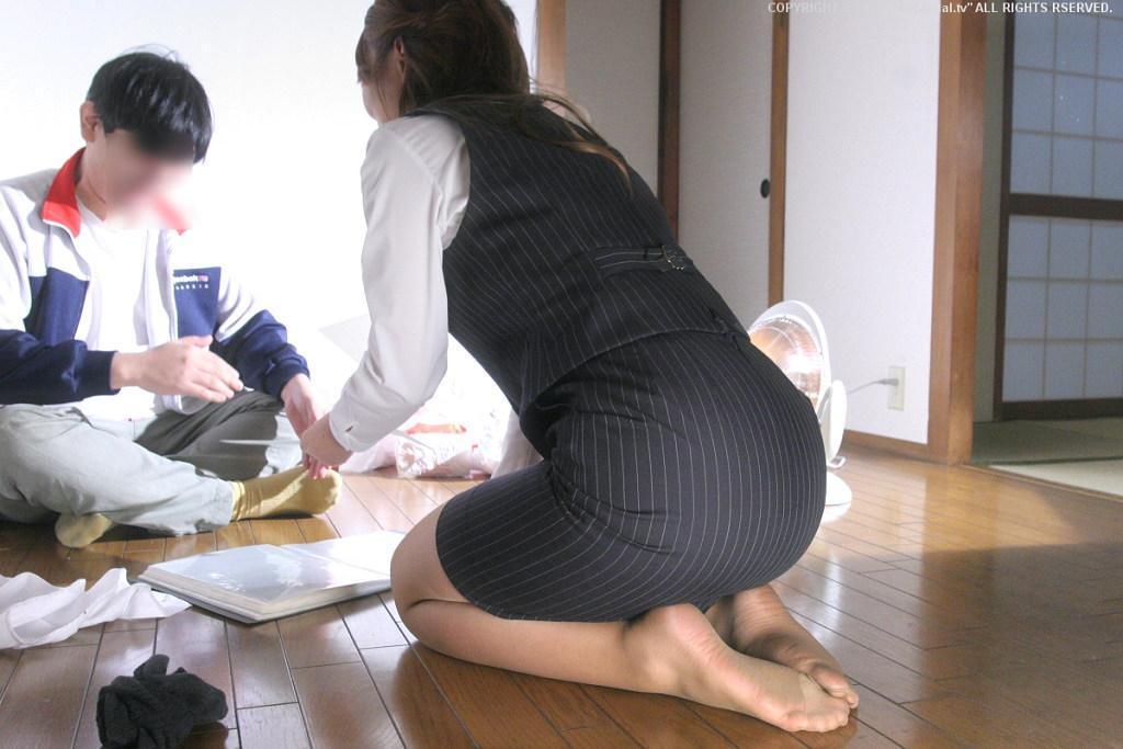 歩くタイトスカート尻OLお姉さんを街撮り盗撮のエロ画像3枚目