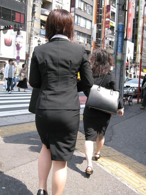 歩くタイトスカート尻OLお姉さんを街撮り盗撮のエロ画像9枚目