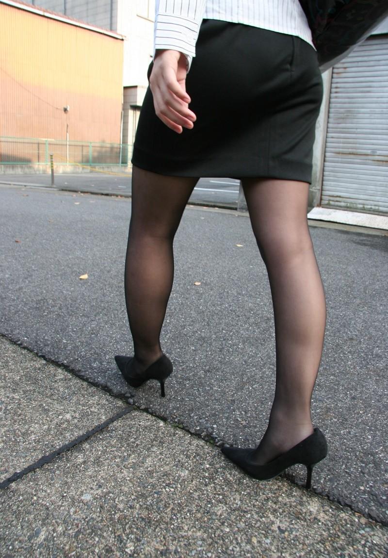 歩くタイトスカート尻OLお姉さんを街撮り盗撮のエロ画像15枚目