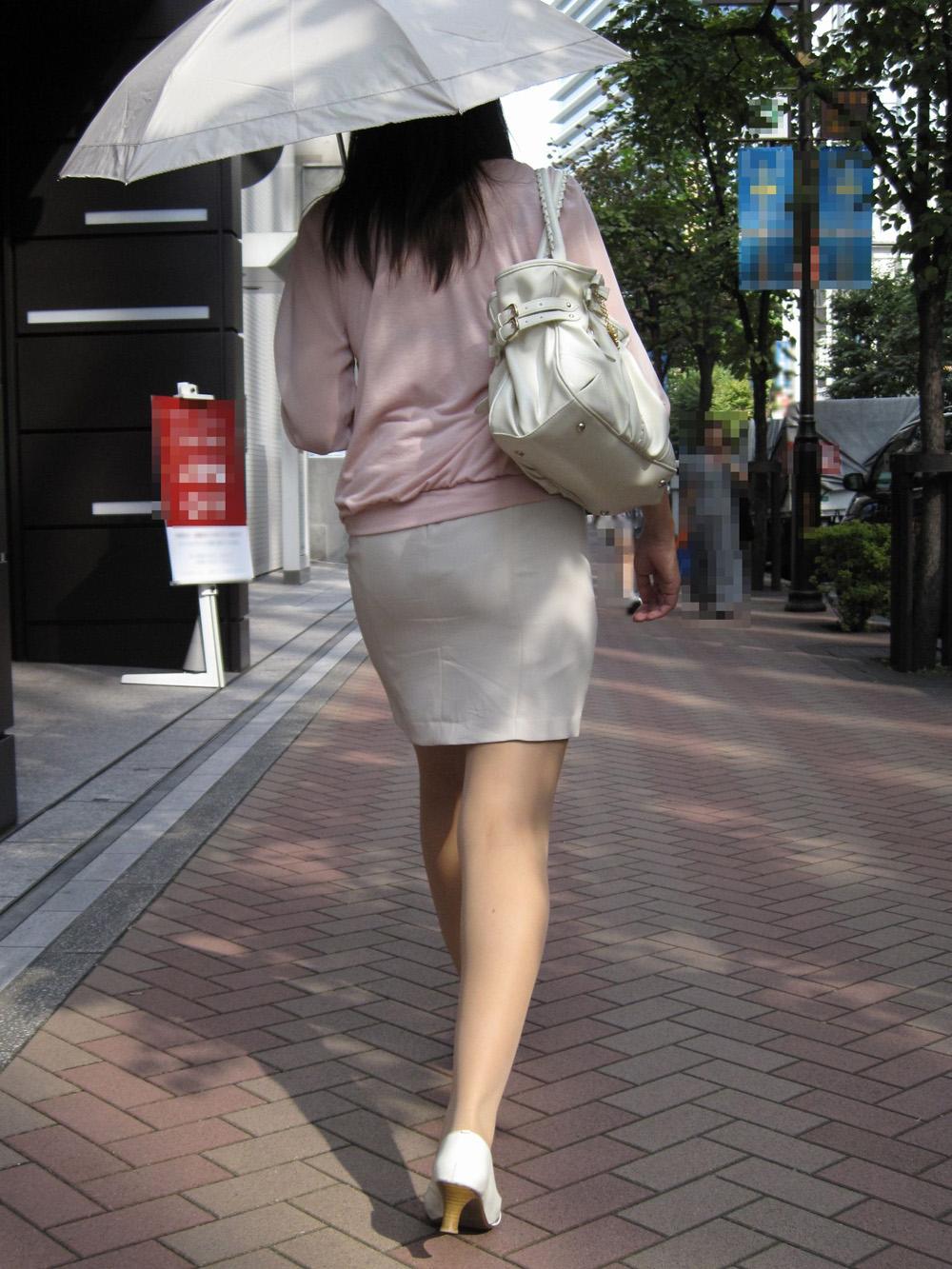 OLタイトスカート尻パンチラ透けパン太ももフェチエロ画像1枚目