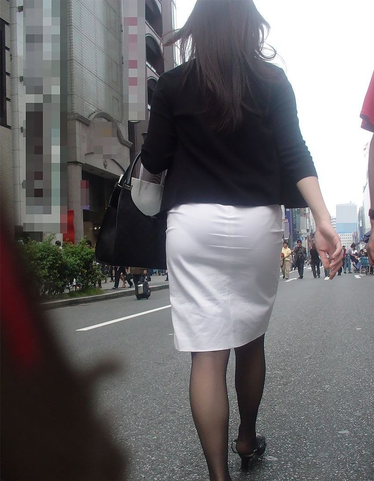 OLタイトスカート尻パンチラ透けパン太ももフェチエロ画像2枚目